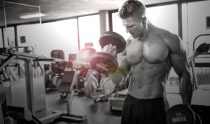 Фитнес тренировка в спортзале